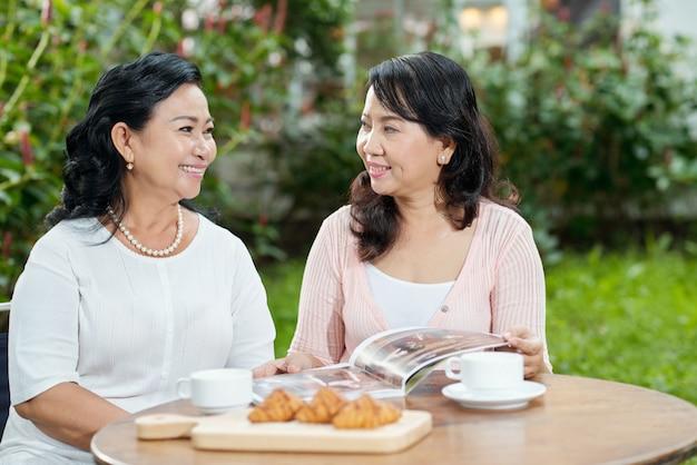 Vrouwen praten in het café Gratis Foto