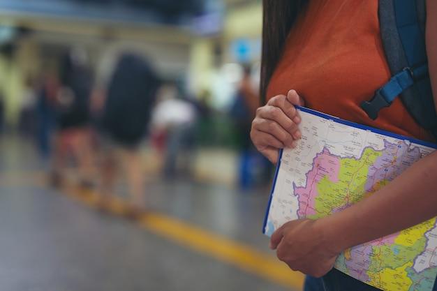 Vrouwen reizen graag op de kaart naar het treinstation. Gratis Foto