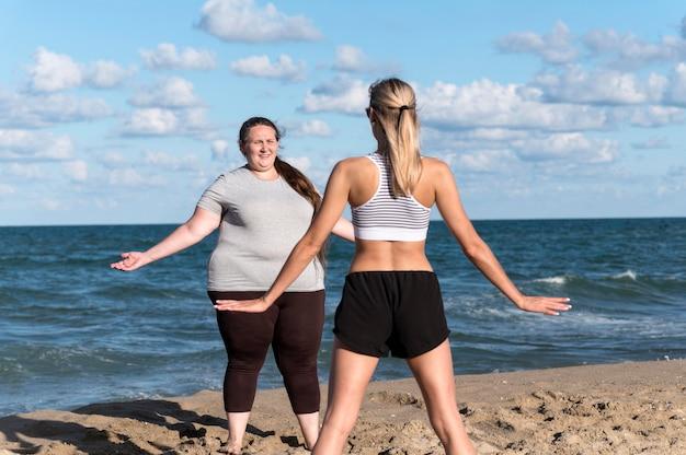 Vrouwen trainen samen buitenshuis Gratis Foto