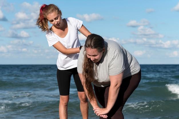 Vrouwen trainen samen medium shot Gratis Foto