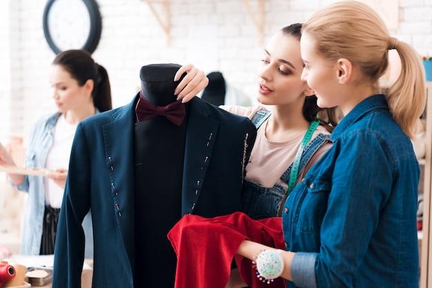 Vrouwen werken samen met pak en shows met de hand Premium Foto