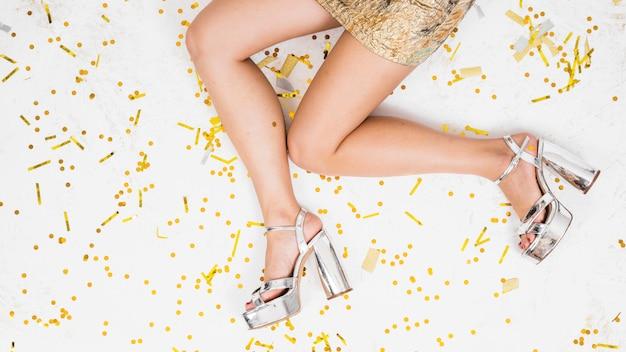 Vrouwenbenen op feestelijke vloer Gratis Foto