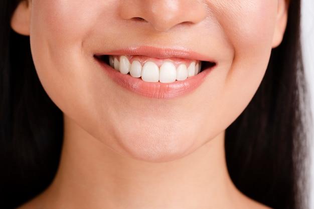 Vrouwenglimlach met duidelijke huid Gratis Foto