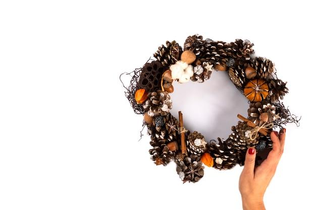 Vrouwenhanden die kerstmiskroon houden Premium Foto