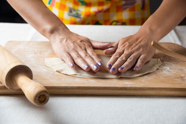 Vrouwenhanden maken deeg voor azerbeidzjaans gerecht gutab. Gratis Foto