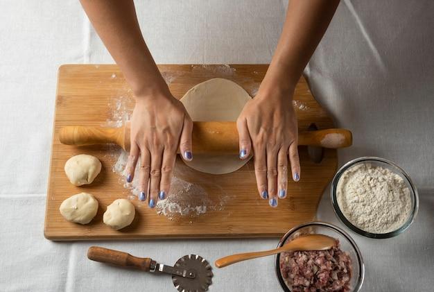 Vrouwenhanden voorbereiding voor azerbeidzjaans gerecht gutab. Gratis Foto