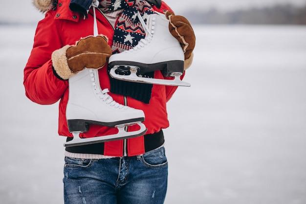 Vrouwenijs die bij het meer schaatsen Gratis Foto