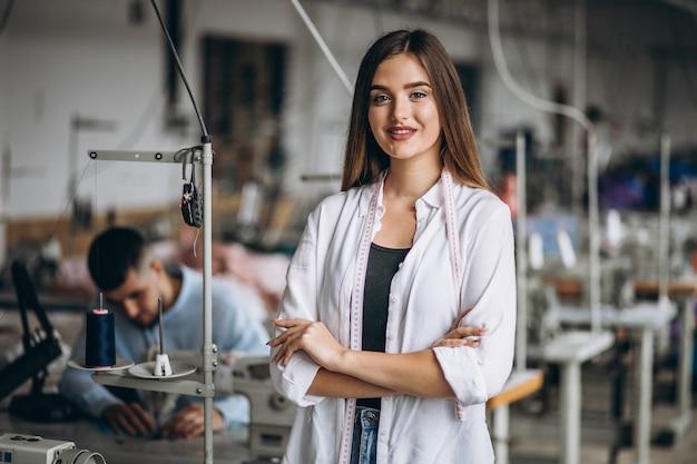 Vrouwenkleermaker die bij de naaiende fabriek werken Gratis Foto