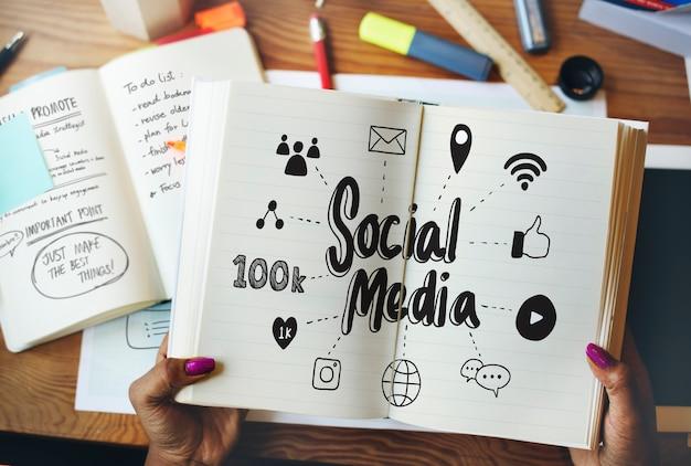 Vrouwenlezing over sociale media rom een boek Premium Foto