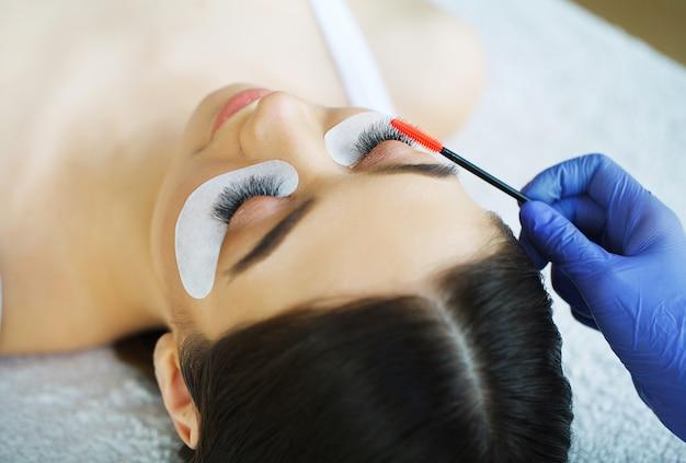 Vrouwenoog met lange wimpers. mascara-borstel. afbeelding van hoge kwaliteit Premium Foto
