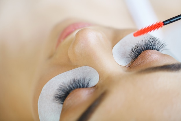 Vrouwenoog met lange wimpers. mascara-borstel. Premium Foto