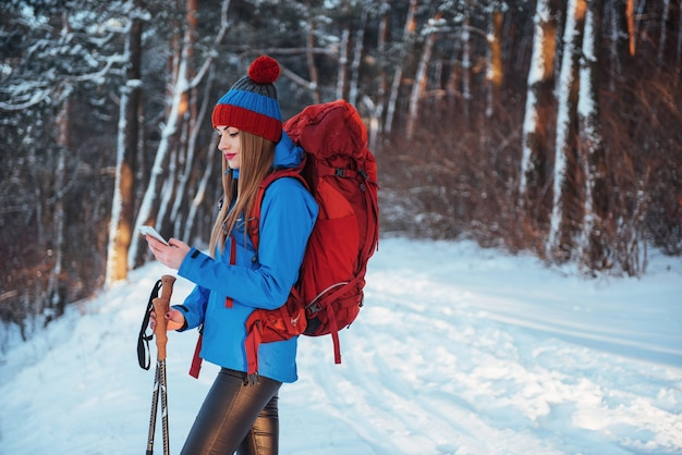 Vrouwenreiziger met rugzak het avontuur actieve vakanties van de wandelingslevensstijl openlucht. mooi landschapsbos Premium Foto