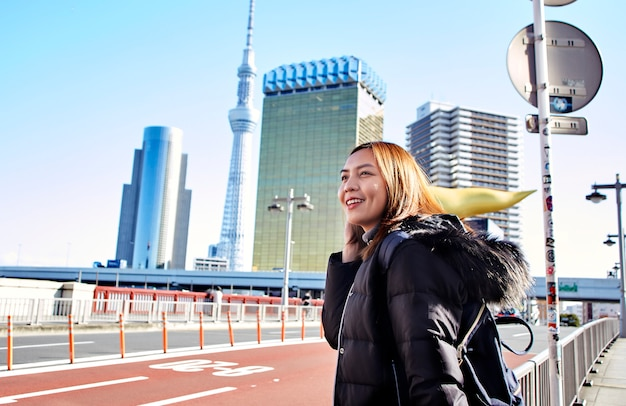 Vrouwentoerist bezoekt geniet van het uitzicht asakusa in tokio, japan, Premium Foto
