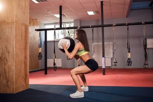 Vrouwentraining met functionele gymnastiek in de sportschool Premium Foto