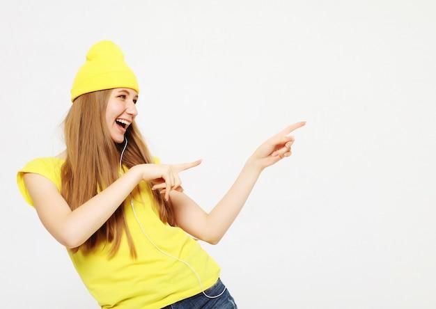 Vrouwenverrassing die product tonen. mooi meisje die met lang haar aan de kant richten. presentatie van uw product. Premium Foto