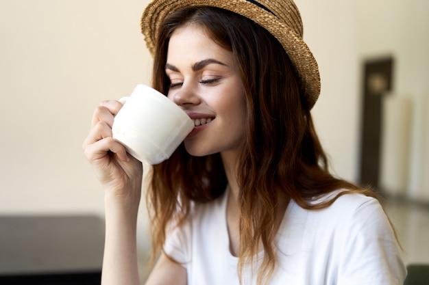 Vrouwenzitting in koffie, ontspannende en het drinken koffie Premium Foto