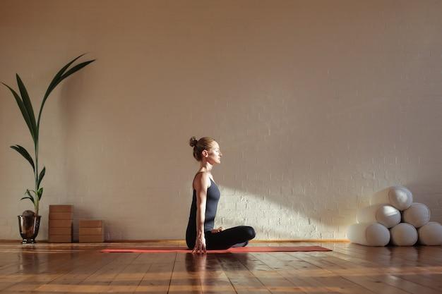 Vrouwenzitting in lotusbloempositie het mediteren Premium Foto