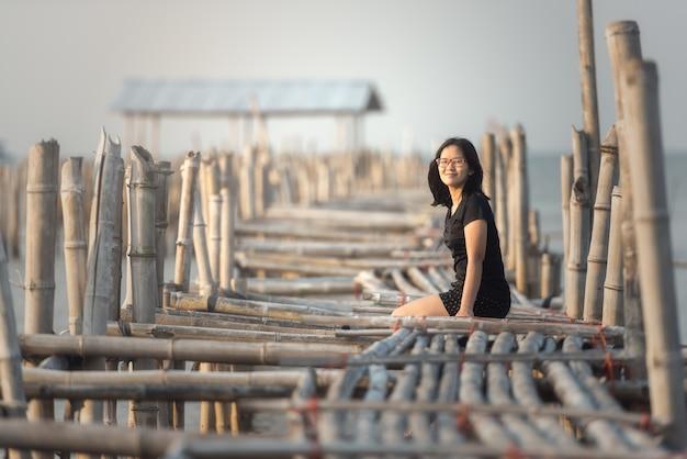 Vrouwenzitting op bamboebrug Premium Foto