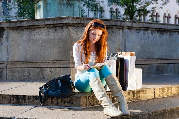 Vrouwenzitting voor fontein Premium Foto