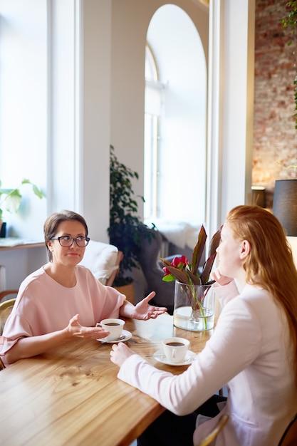 Vrouwtjes hebben koffie Gratis Foto