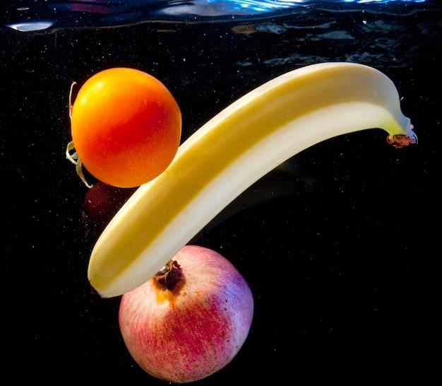 Vruchten in water Premium Foto