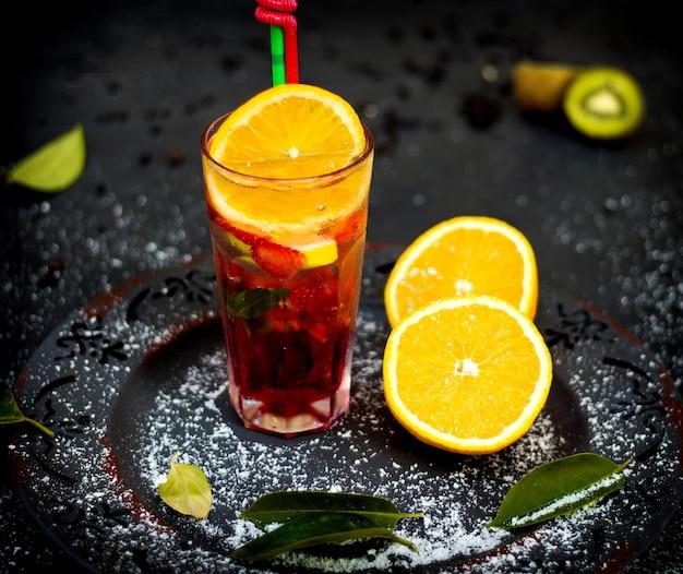 Vruchtensap met aardbeien en citroen Gratis Foto