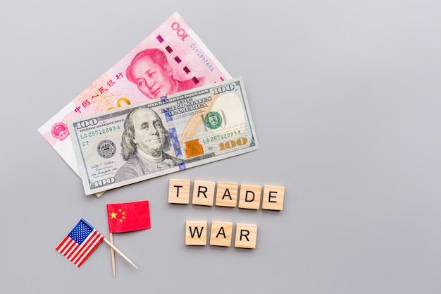 Vs en china vlaggen en contant geld amerikaanse dollar Premium Foto