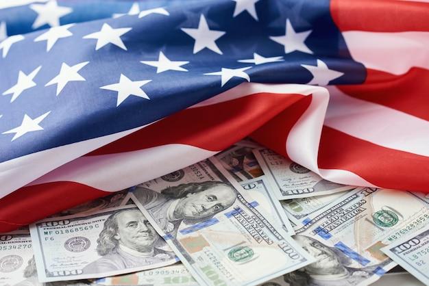 Vs nationale vlag en de dollarbiljetten. zakelijke en financiële concept Premium Foto