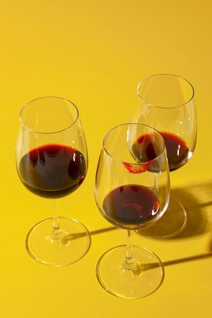 Vuile glazen met rode wijn Gratis Foto