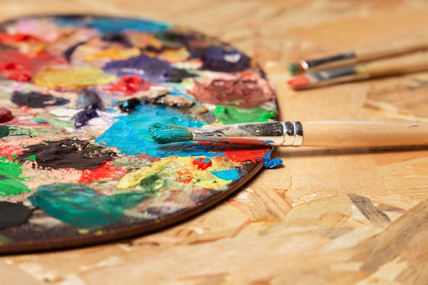 Vuile kleurenpalet en aquarelbuizen Gratis Foto