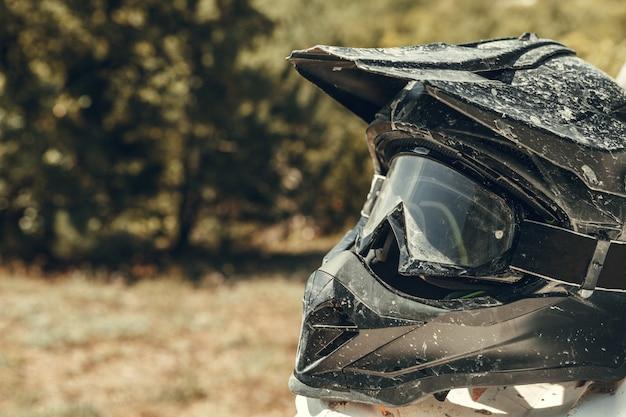 Vuile motorfiets motocross helm met bril Premium Foto