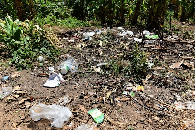 Vuilnis in het park morste afval op grond van de grote stad gebruikte vuile plastic flessen vuile milieuvervuiling. Premium Foto