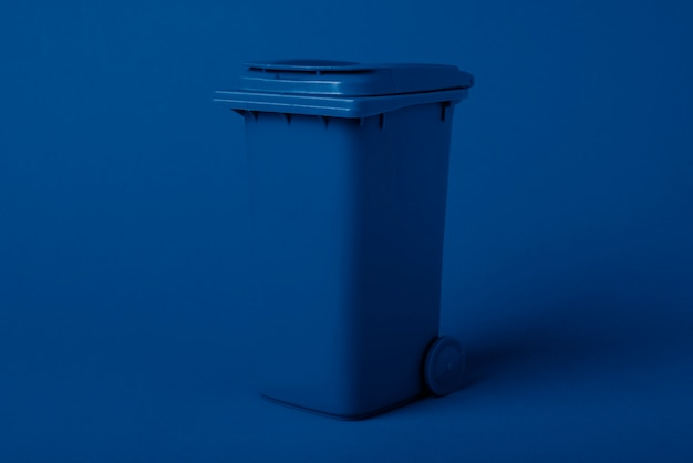 Vuilniscontainer, getint in een trendy blauwe klassieke kleur. recycling concept Premium Foto