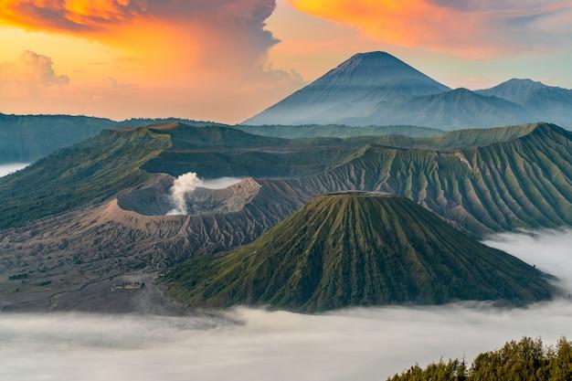 Vulkaan bij zonsopgang met mist Gratis Foto