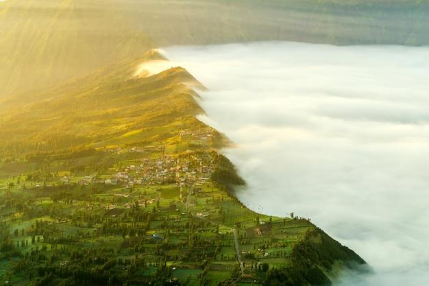 Vulkaan met mist bij zonsondergang Gratis Foto