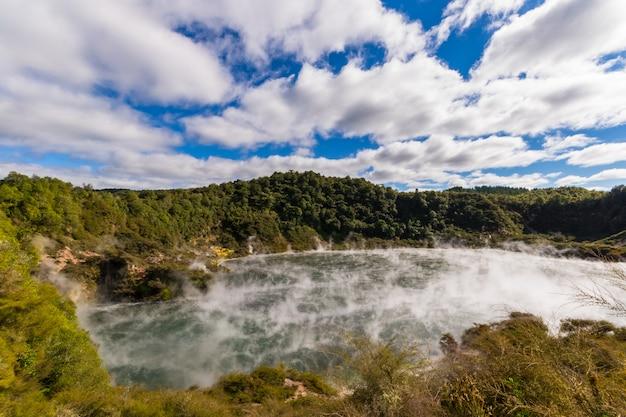 Vulkanische krater met stomend meer Premium Foto