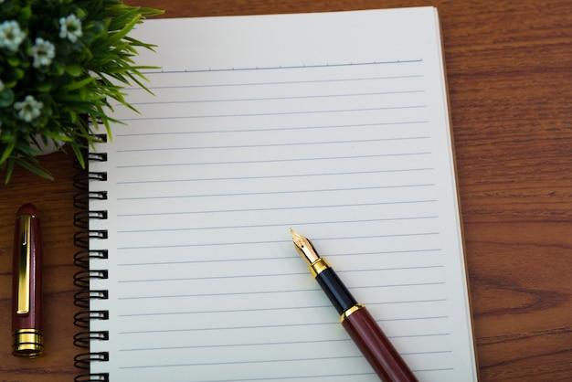 Vulpen of inktpen met notebookpapier Premium Foto