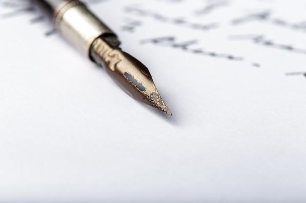 Vulpen op een antieke met de hand geschreven brief Premium Foto