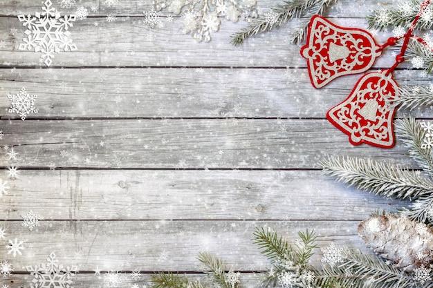 Vuren takken met kerst ornamenten Premium Foto