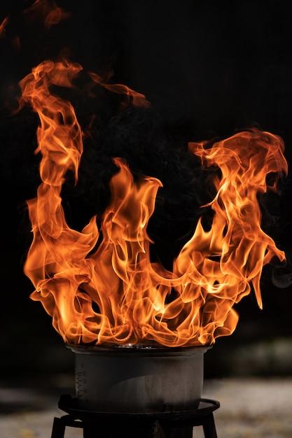 Vuur vlammen uit de pan tijdens het koken. Premium Foto