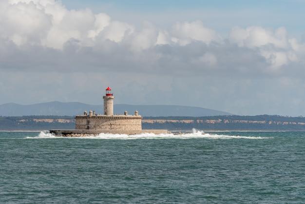 Vuurtoren op klein eiland op zee - het fort van sao lourenco do bugio Premium Foto