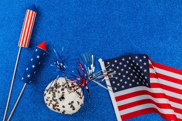 Vuurwerk en cake voor independence day Gratis Foto