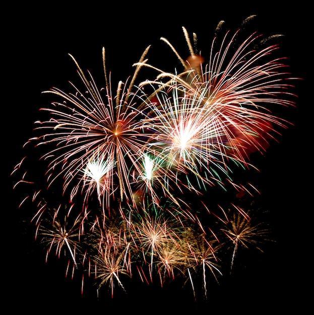 Vuurwerk op een nachtelijke hemel Premium Foto