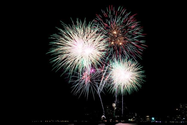 Vuurwerk op hemel 's nachts. Premium Foto