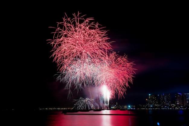 Vuurwerk op zee in thailand. Premium Foto