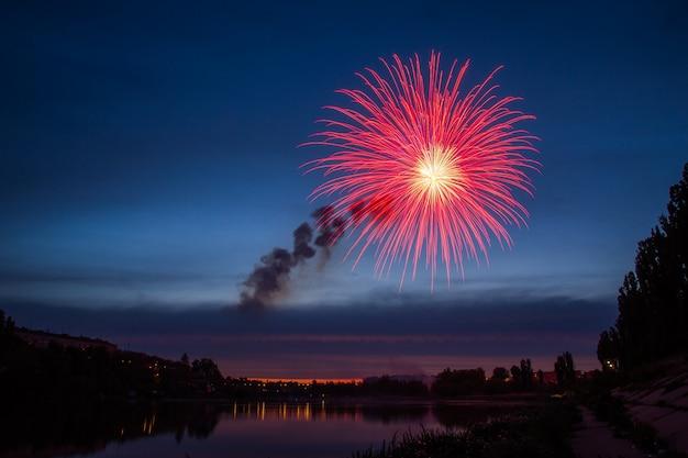 Vuurwerk over meer 's nachts Premium Foto