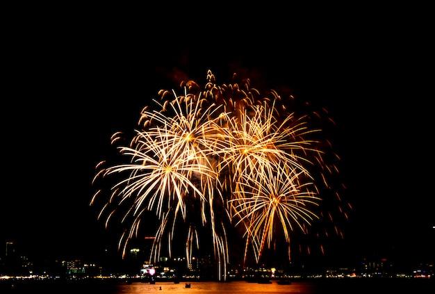 Vuurwerkfestival in pattaya, thailand. kleurrijk vuurwerk op de nachthemel op het strand. Premium Foto