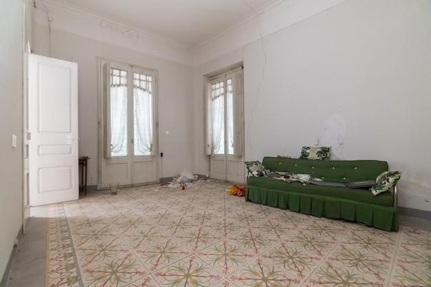 Waardige en lege kamer van verlaten huis Premium Foto
