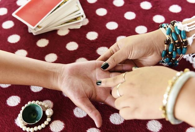 Waarzegger lezen fortuin lijnen bij de hand handlijnkunde psychische lezingen helderziendheid handen Premium Foto