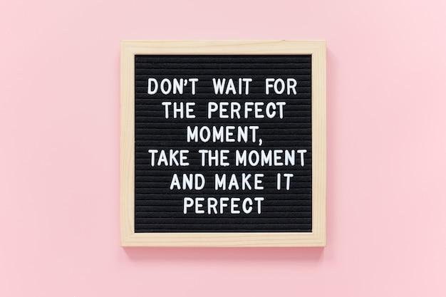 Wacht niet op het perfecte moment, neem het moment en maak het perfect. motiverende citaat op zwarte letterbord frame Premium Foto